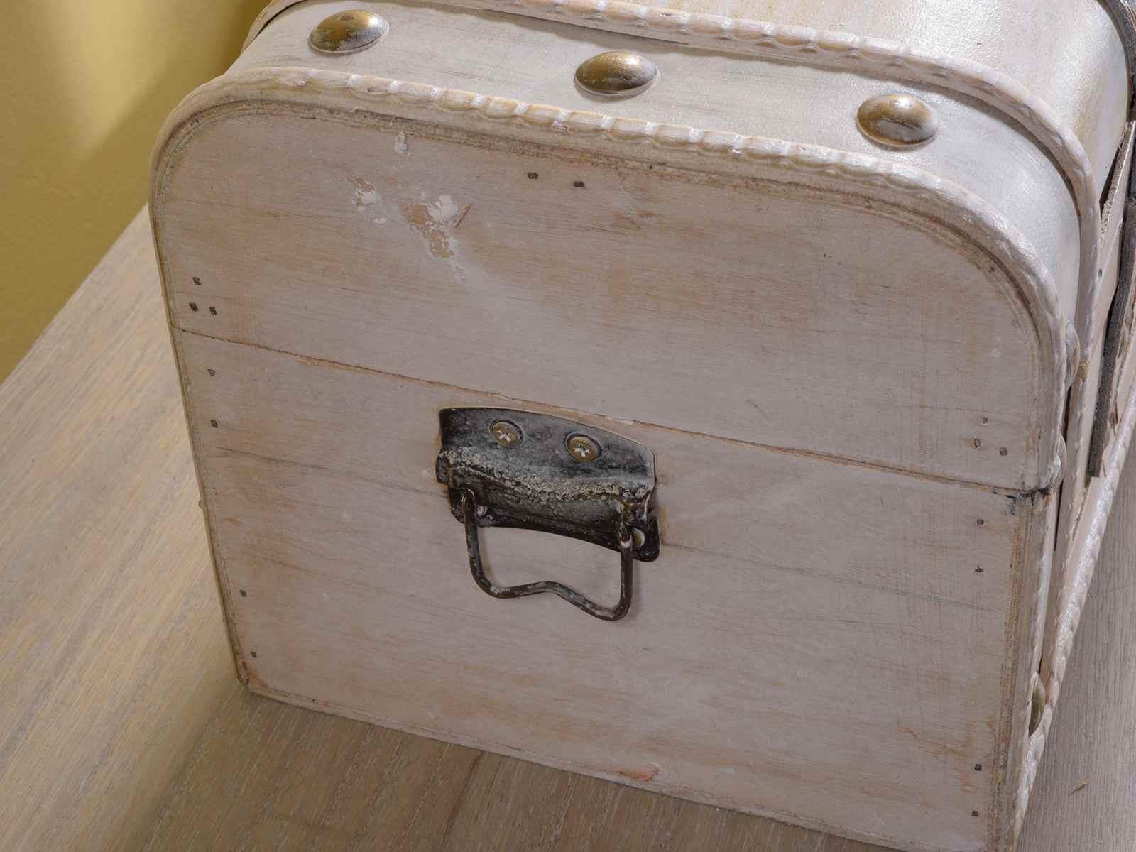 Legno bianco antichizzato: paese and elegante on. armadio antico ...
