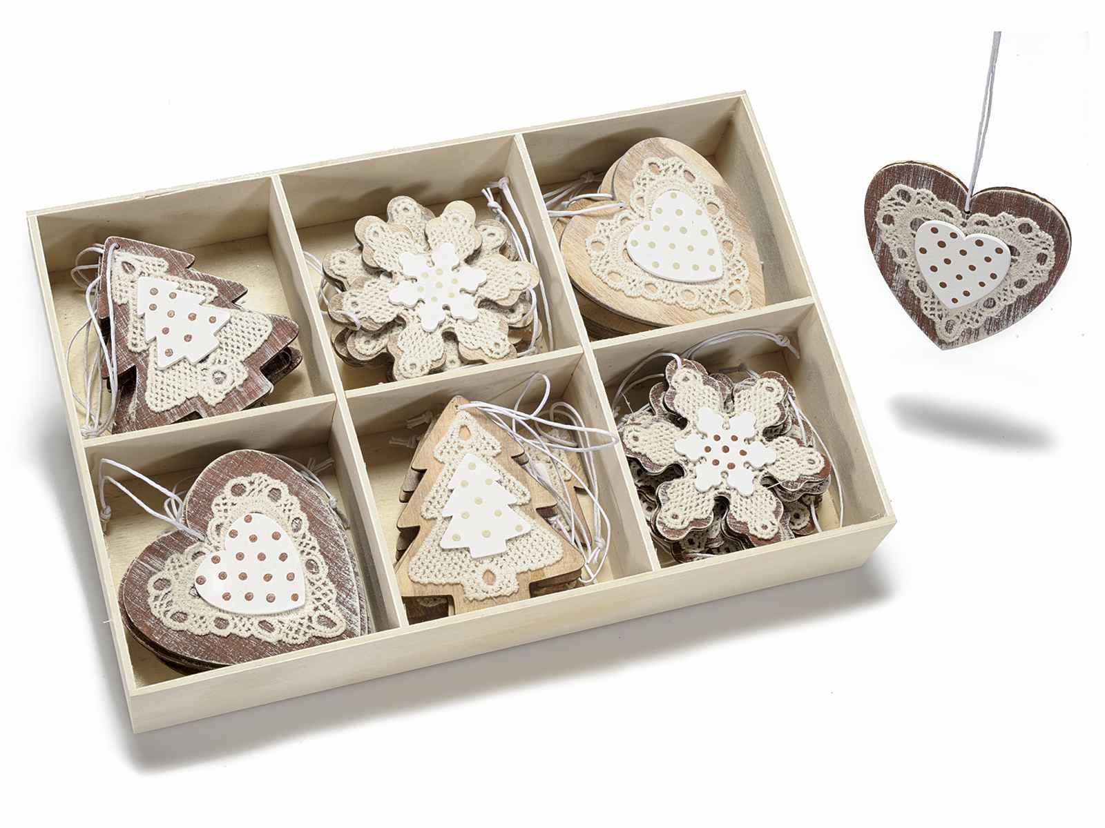 Espositore 36 decori in legno e pizzo da appendere for Decorazioni natalizie in legno da appendere