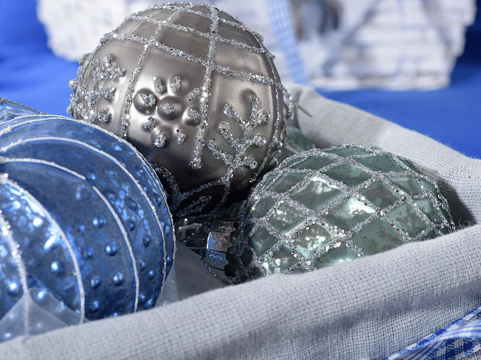 expo mit 12 weihnachtsglaskugeln zum aufh ngen art from italy. Black Bedroom Furniture Sets. Home Design Ideas
