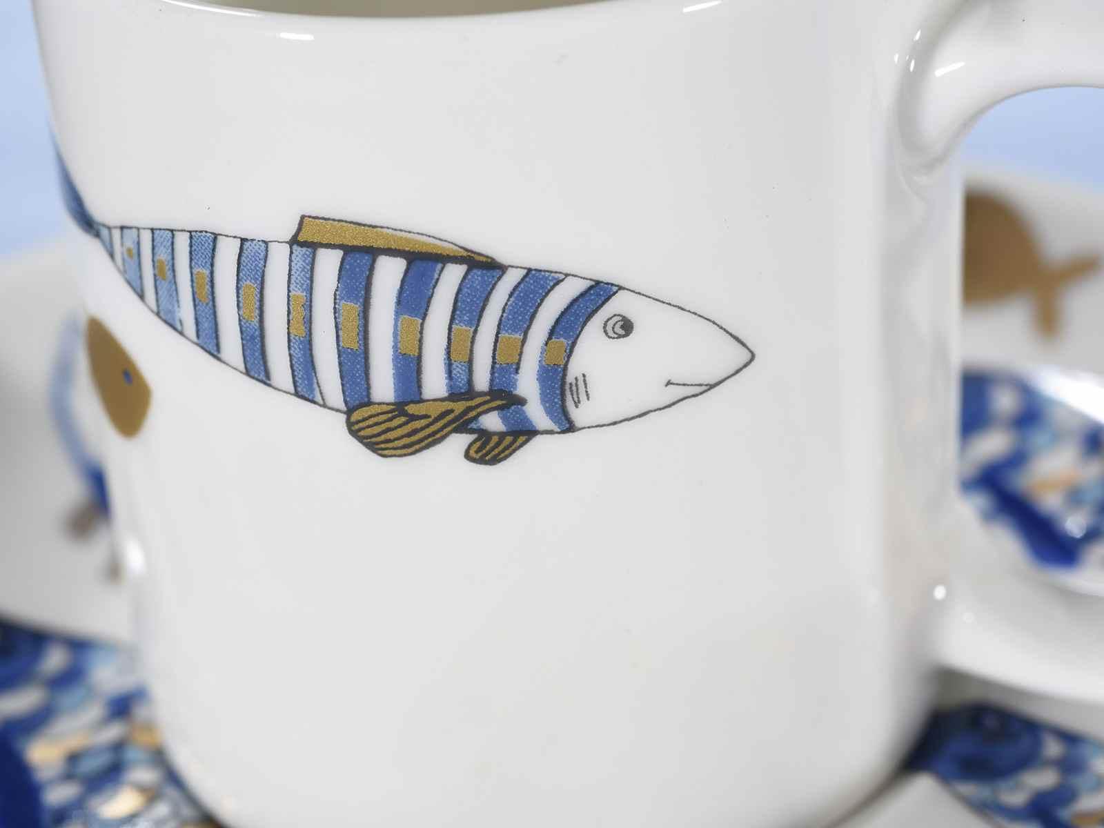 tasse caf soucoupe en porcelaine d co poissons bleu et or art from italy. Black Bedroom Furniture Sets. Home Design Ideas