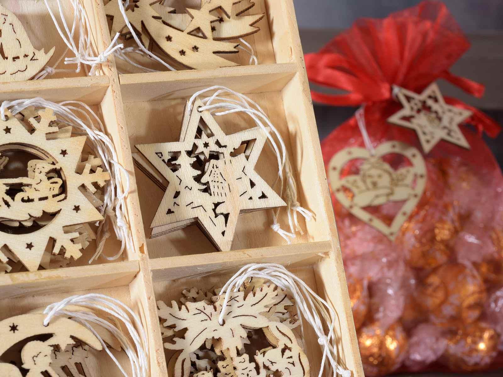 Decorazioni In Legno Natalizie : Decorazioni natalizie in legno u foto stock marilyna