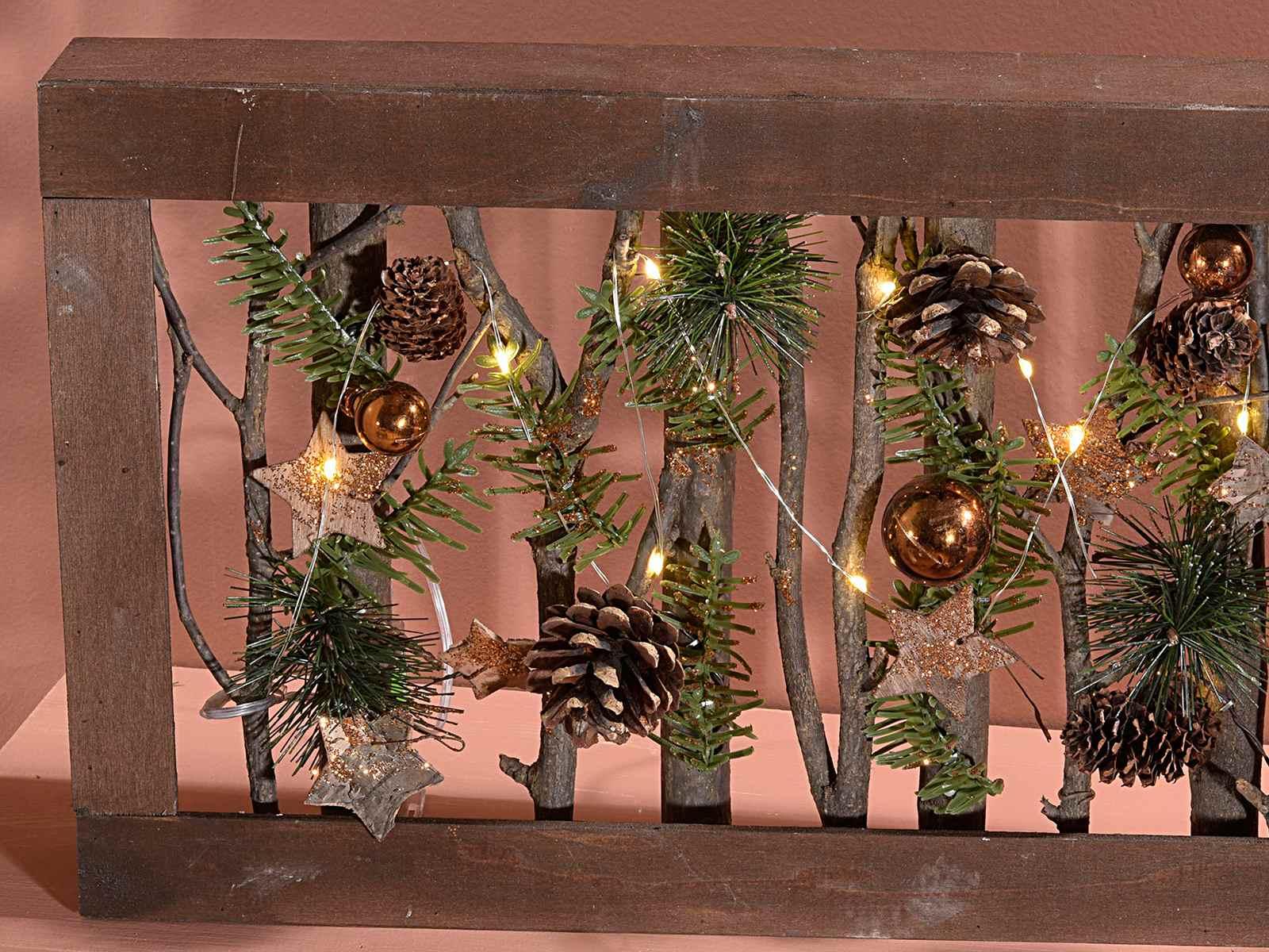 Cornice in legno c stelle pigne palline e luci - Decorazioni natalizie pigne ...