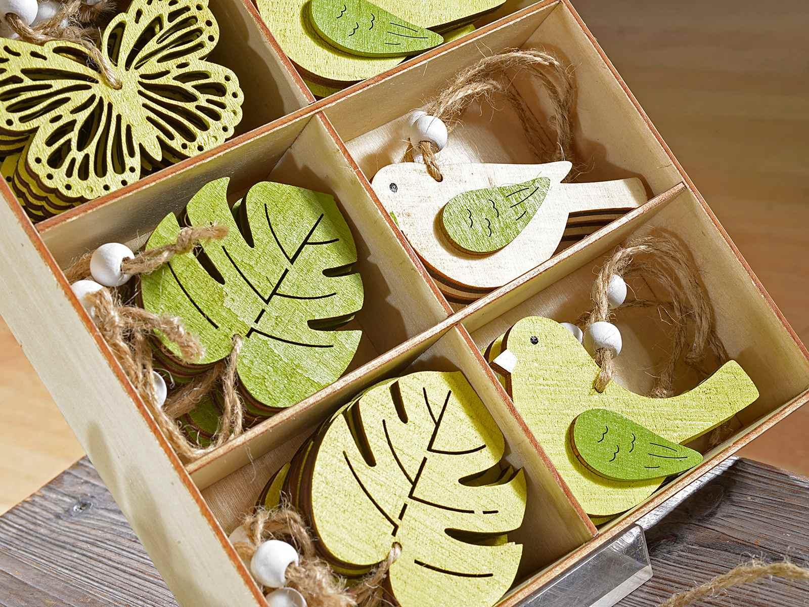 Espositore con 48 decorazioni da appendere in legno for Decorazioni natalizie in legno da appendere