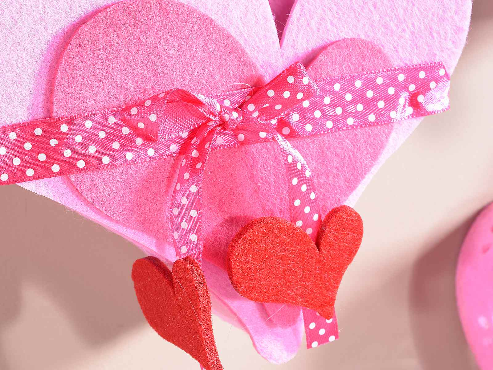 Set 2 sacs en feutre en forme de coeur suspendre avec for Deco en forme de coeur