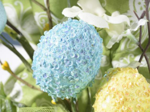 Ramo con uova colorate con glitter e fiori artificiali