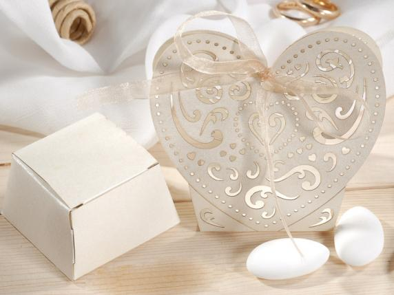 Pearly paper shaped heart ecrù box for sugared almond.