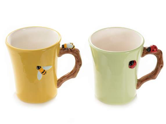 Tazza mug in ceramica colorata con decori in rilievo