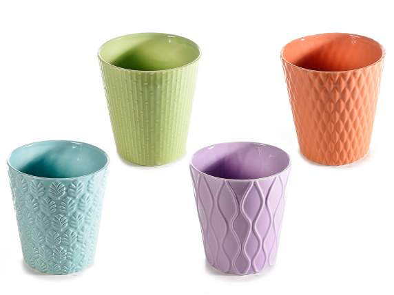 Vaso in ceramica colorata con decori in rilievo tono su tono